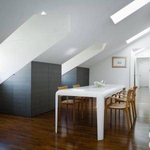 Come soluzione salvaspazio, nella zona pranzo l'architetto ha voluto inserire, a riempimento della pendenza del soffitto, armadi a misura.