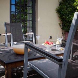Terrazzo arredato con arredi acquistati da Ecliss, Milano.