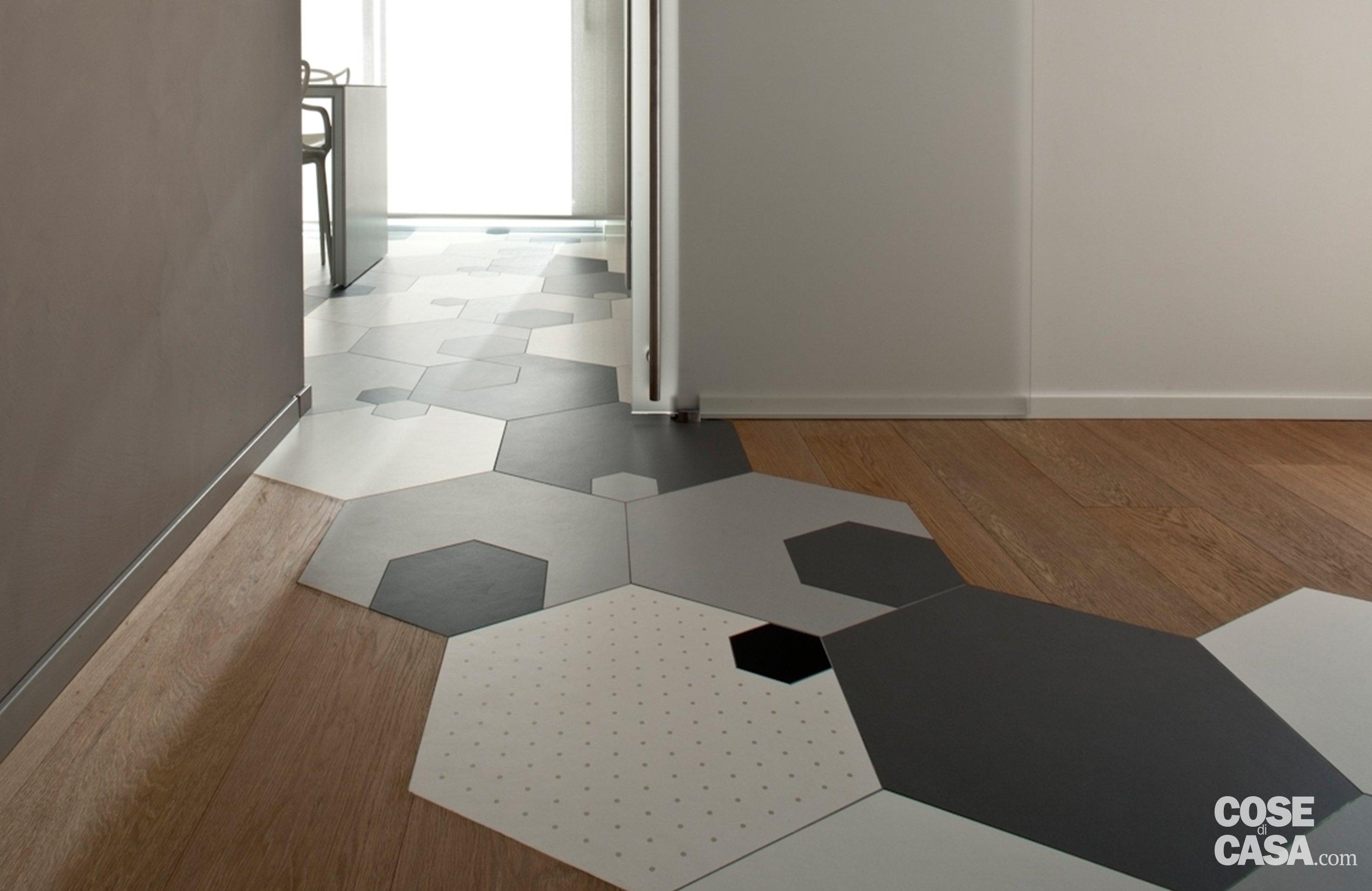 Soluzioni da copiare nella casa con percorso di piastrelle esagonali
