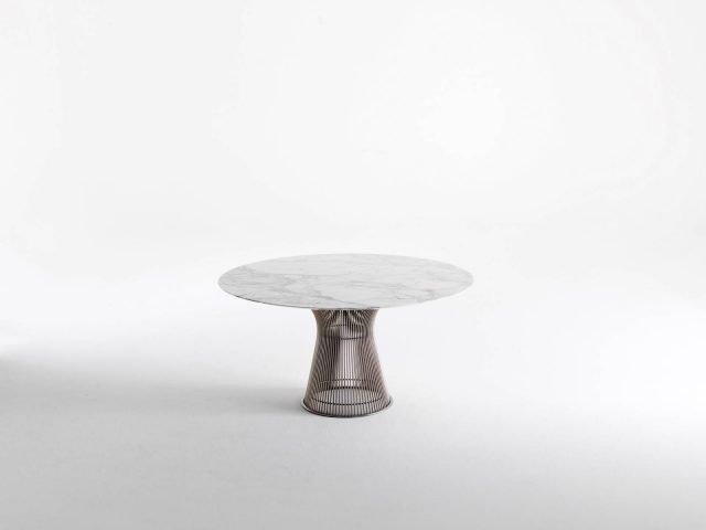 Platner di Knoll è il tavolo da pranzo nella versione con il piano rotondo realizzato in pregiato  marmo; la base è formata da una struttura scultorea disponibile nelle finiture nickel, bronzo e placcato oro. É un arredo dal fascino intramontabile, un classico del design. www.knoll.com