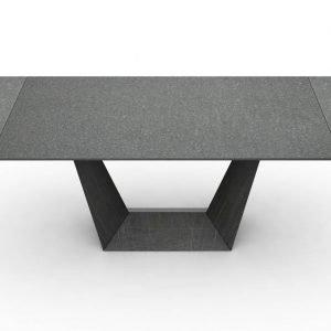 Trophy di Domitalia è il tavolo di grandi dimensioni con una forma geometrica; la base monolitica è composta da lamiere piegate e saldate che da un lato convergono verso il centro e dall'altro sono larghe e stabili dando all'arredo un senso di dinamica stabilità. Inoltre è allungabile. www.domitalia.it