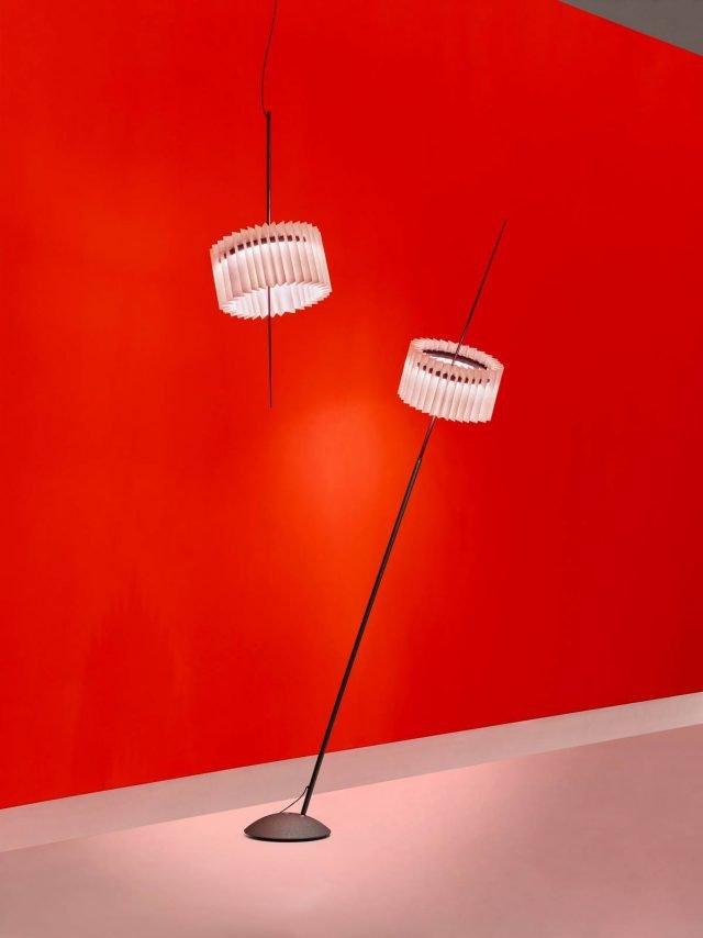Ringelpiez di Ingo Maurer GmbH è la lampada nelle nuove versioni, da terra e a sospensione, che può essere arricchita da un paralume removibile in carta plissettata acquistabile separatamente. All'interno dell'anello in alluminio è alloggiata la fonte luminosa che permette di orientare la luce sia verso terra sia verso il soffitto. Nella versione a sospensione il cavo è regolabile per adattarsi alle diverse altezze degli ambienti; in quella da terra l'asta è estensibile fino a 210 cm. www.ingo-maurer.com