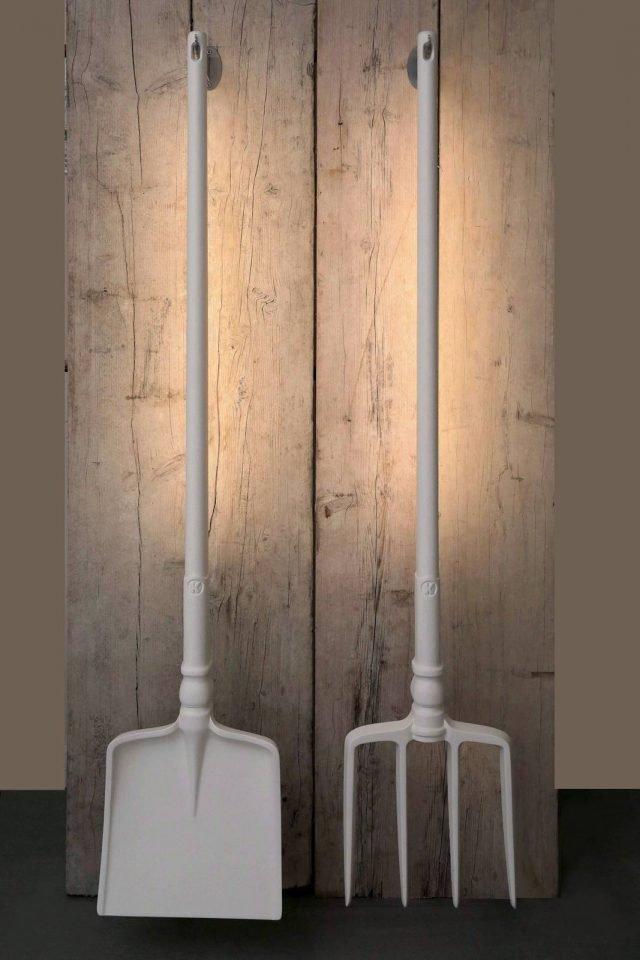 Ia Ia O di Karman è la nuova lampada da terra outdoor, design Matteo Ugolini, con una forma divertente e ironica che ricorda quella di una vanga e di un rastrello, i tipici attrezzi della vita agreste. La struttura è interamente realizzata in poliuretano bianco; lungo il manico, posteriormente, corre una striscia a Led che illumina direttamente le superfici all'esterno. www.karmanitalia.it