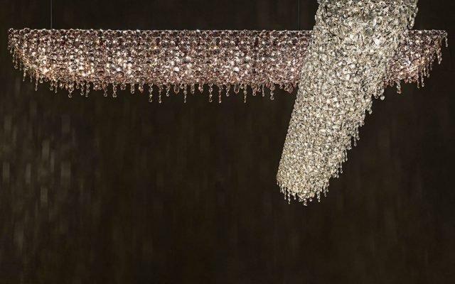 U-Line di Lolli e Memmoli è la nuova lampada a sospensione di alta manifattura italiana che reinterpreta i classici  lampadari in cristallo. É caratterizzata da uno sviluppo orizzontale e da una profusione di gocce in cristallo che creano scintillii e giochi di luce. É disponibile in diverse lunghezze e colori; può essere appesa in coppia o in una composizione di diversi elementi, come una scultura luminosa. www.lollimemmoli.it