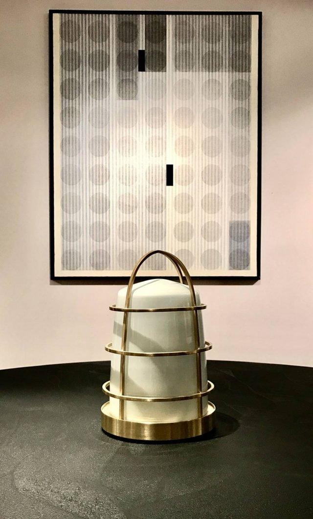Chiara di Purho è la nuova lampada da tavolo che ricorda una lanterna: la gabbia esterna è in ottone e la campana interna è realizzato in vetro di Murano bianco. É ricaricabile con tecnologia Led. Misura ø 21 x H 35 cm. www.purho.it