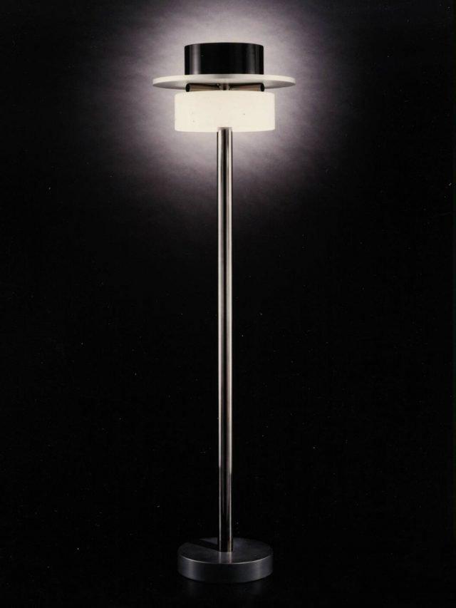 Ratrih di Venini è la lampada da terra disegnata da Ettore Sottsass nel 1994 e oggi riproposta in omaggio al grande designer. È realizzata in vetro soffiato artistico di Murano: nella parte alta trovano posto una serie di elementi geometrici luminosi, che creano contrasti cromatici. Il sostegno è in metallo che dà vita ad una scultura luminosa dal sapore orientale. www.venini.com
