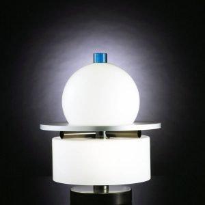 Kiritam di Venini è la nuova da tavolo disegnata da Ettore Sottsass nel 1994 e oggi riproposta in omaggio al grande designer: è caratterizzata da elementi geometrici di estrema semplicità in vetro soffiato bianco intervallati da dettagli in metallo. www.venini.com