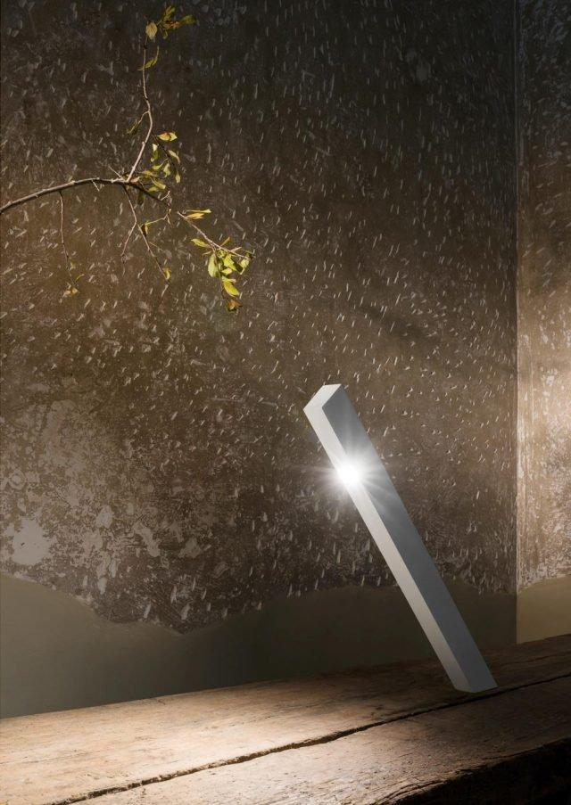 Cado di  be.emanuelgargano è la lampada da tavolo con la struttura in carbonio che, nonostante l'inclinazione a 45°, non cade grazie ad attento percorso di ingegnerizzazione. L'illuminazione a Led sembra quasi sostenere la lampada stessa; è disponibile nelle varianti nero e bianco. www.beemanuelgargano.com