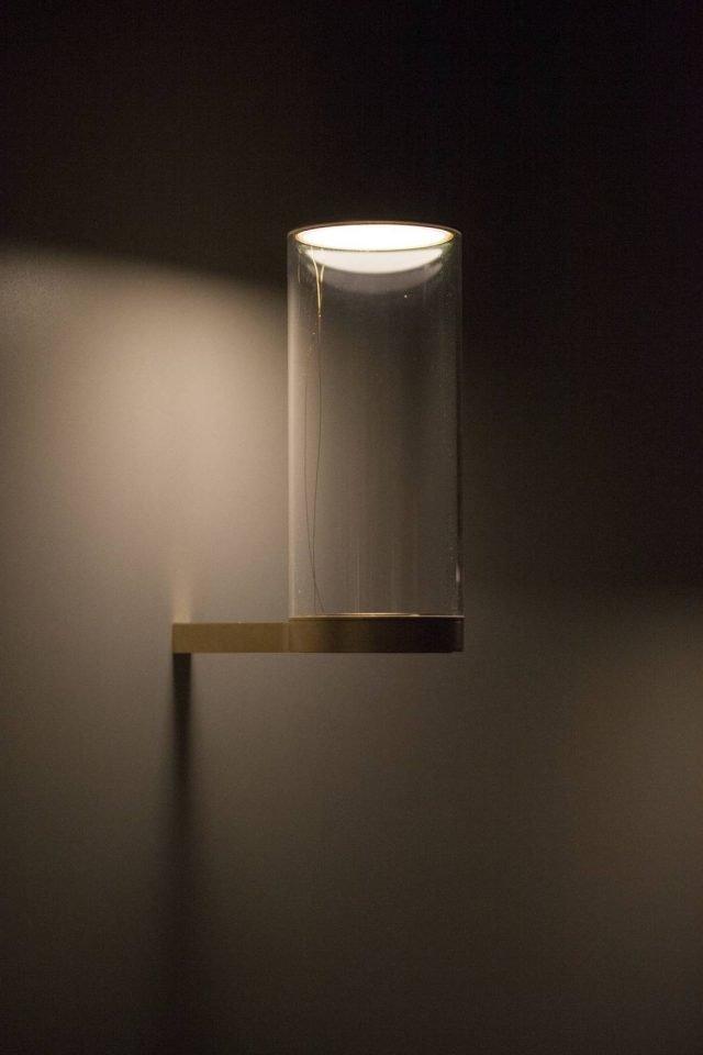 Fatua di be.emanuelgargano è l'applique che ricorda nella forma una lanterna. Il diffusore è realizzato in perspex trasparente e la struttura è in ottone satinato. La fonte luminosa a Led non è percettibile, la luce infatti si diffonde dal cilindro soffusamente. www.beemanuelgargano.com