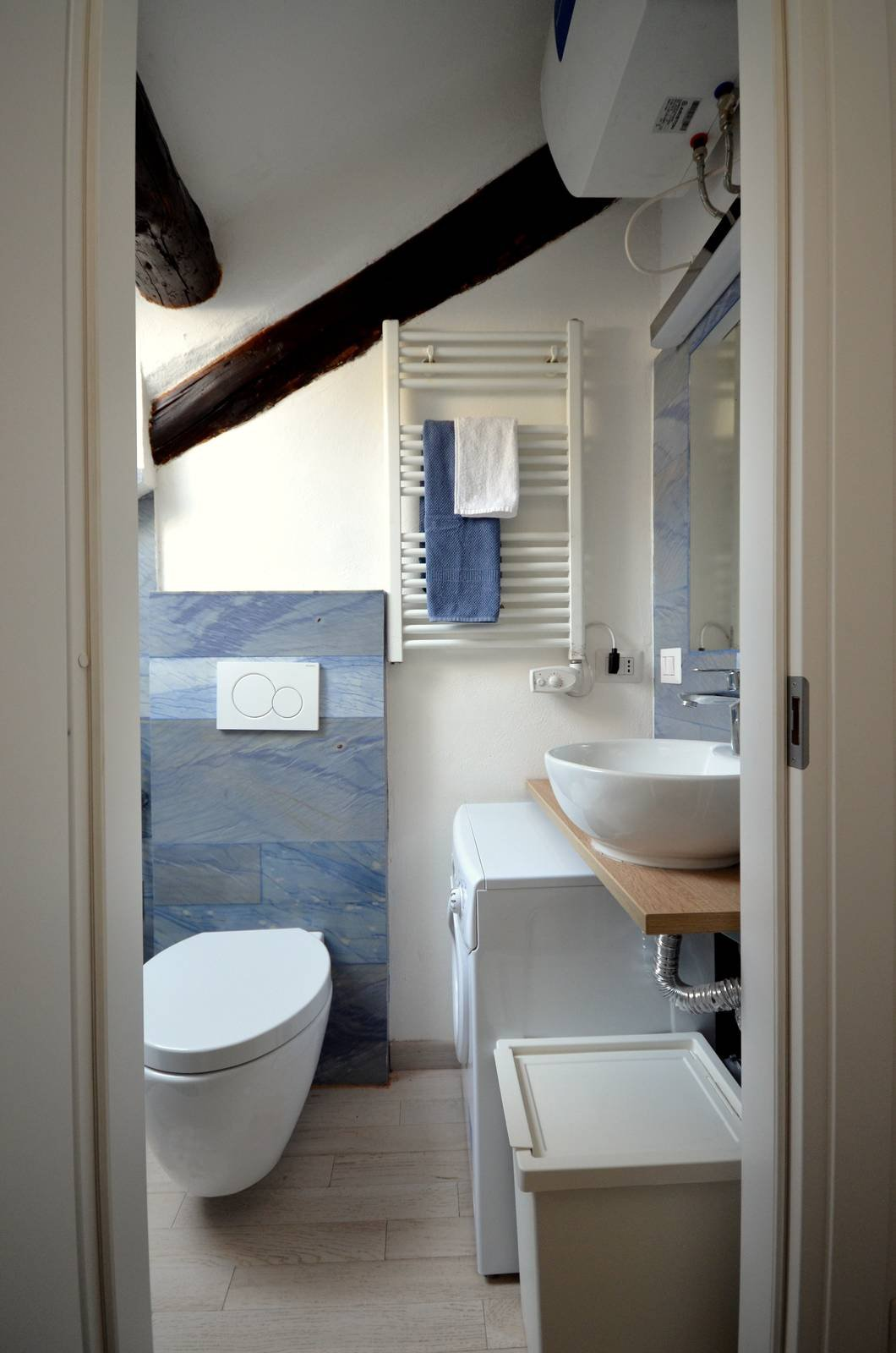 Soluzioni per un bagno piccolo piccolo cose di casa for Bagno piccolo con vasca
