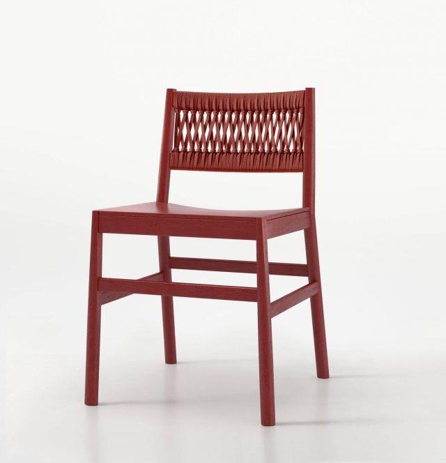Julie di Trabà è la nuova sedia caratterizzata dallo schienale realizzato da una corda lavorata artigianalmente. La struttura è realizzata in faggio multistrato disponibile nelle varianti laccato rosso ciliegia e faggio naturale sbiancato. Misura L 43 x P 47 x H 77 cm. www.traba.it