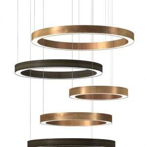 Light Ring Horizontal di Henge è la nuova lampada a sospensione, design  Massimo Castagna, formata da una serie di cerchi realizzati in ottone brunito e legno termo-trattato finito ad olio a base di cera naturale e acqua. È dotata di illuminazione a Led. www.henge07.com