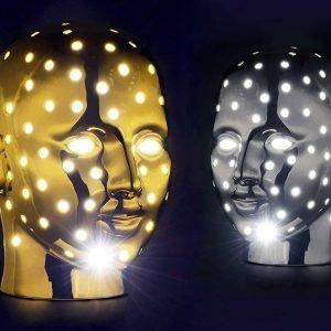 Urano di Marioni Home Collection è la nuova lampada da tavolo, design Massimo Micheli, che ha l'aspetto di un volto umano dotato di piccoli fori da cui filtrano raggi luminosi che illuminano lo spazio circostante. É interamente realizzata in ceramica nella finitura platino e dorata. Misura L 29 x P 36 x H 41 cm. www.marioni.it