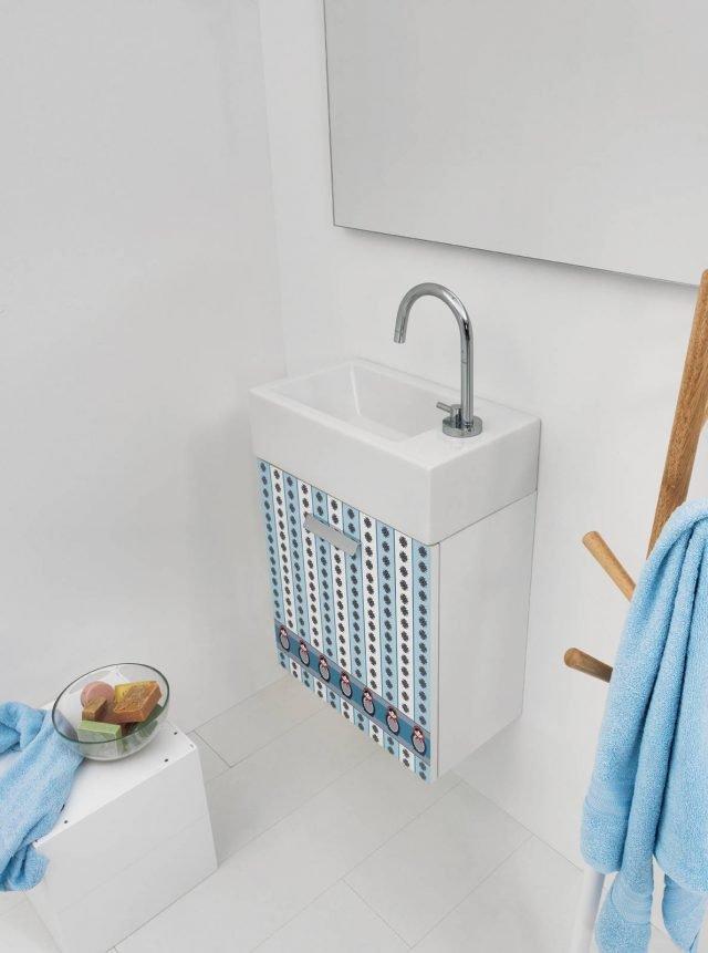 Mini lavabo in ceramica Acquaceramica Mini di Colavene. Il decoro dell'anta Spring è disponibile in 20 texture diverse. Misura L45 x P25 x H 61 cm. Prezzo 298 euro.