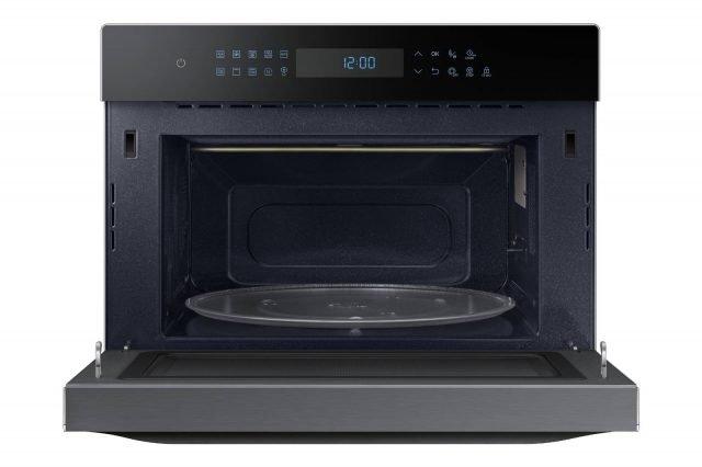La serie Smart Oven HotBlast™ di Samsung comprende il microonde MC 35J8088 LT da 35 litri, che consente di friggere senza olio addizionale, riducendo al minimo i grassi e combina le funzioni della griglia e della circolazione dell'aria calda impiegando contemporaneamente i 3 sistemi di cottura microonde, grill e il tradizionale sistema ventilato. Misura L52,6xP46,4xH40,3 cm. Prezzo 599 euro. www.samsung.it