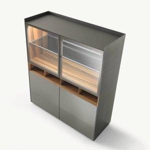 Self di Rimadesio è la nuova versione della vetrina contenitore caratterizzata dalla nuova anta in alluminio estruso dotata di cerniere incassate e priva di giunzioni e viti a vista; il vetro è disponibile in diverse varianti: trasparente, riflettente, satinato. Anche l'esclusiva serratura di serie è incassata a filo nell'anta. Il contenitore è realizzato in noce e il ripiano interno in alluminio e vetro; lo schienale è dotato di effetto specchio ed è presente un'illuminazione interna a Led di ultima generazione. É disponibile nella versione con lo zoccolo o con i piedini in alluminio. www.rimadesio.it