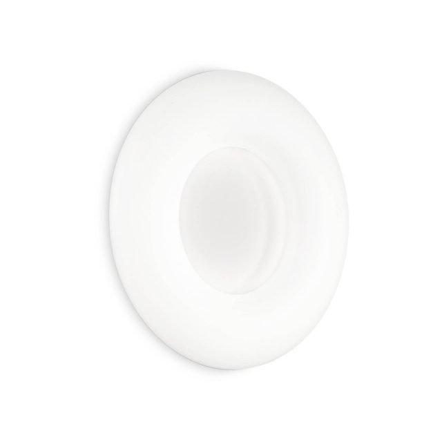 Polo di Ideal Lux è la nuova applique che ricorda nella forma la celebre caramella alla menta. Il diffusore rotondo è interamente realizzato in policarbonato bianco opaco; il rosone e la montatura sono in metallo verniciato bianco opaco. www.ideal-lux.com