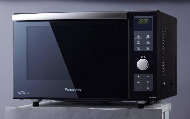Il forno a microonde NN-DF383B di Panasonic ha una capacità di soli 23 litri ma consente di selezionare 4 modalità di cottura o 8 programmi automatici in base al peso. Non è dotato di un piatto rotante per consentire unmaggiore spazio internoe ha rivestimento interno in fluoro per una pulizia facilitata. Misura L48,3xP39,6xH31 cm. Prezzo 269,99 euro. www.panasonic.it