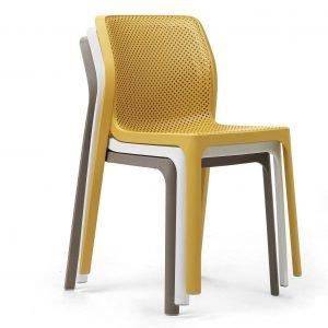 Bit di Nardi è la sedia outdoor senza braccioli leggera e impilabile, interamente realizzata in resina fiberglass trattata anti-Uv e colorata in massa: non richiede manutenzione, è resistente e riciclabile al 100%. Lo stile pulito e le sei varianti di colore matt permettono di ambientarla con facilità; inoltre le migliaia di forellini sulla superficie creano effetti optical,. Misura L 52 x P 55 x H 84 cm.   www.nardigarden.com