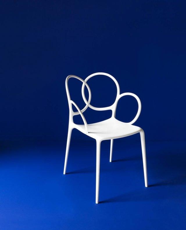 Sissi di Driade è la nuova sedia, design Ludovica+Roberto Palomba, che può essere usata per arredare sia l'esterno sia gli interni; lo schienale scultoreo è formato da anelli concatenati. La forma sinuosa e le tonalità pastello (bianco, grigio, cipria, grigio lavanda e oro) la rendono un arredo contemporaneo. Può essere completata con il rivestimento del sedile che può essere aggiunto o tolto a piacere. www.driade.com