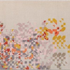 Profumo di Lavanda di Memedesign è il nuovo tappeto in velluto tufting stampato: è ignifugo, antiscivolo e dotato di un buon assorbimento acustico. É disponibile nelle versioni rettangolare e rotondo. I colori pastello che decorano la superficie lo rendono un pezzo romantico. Misura L 140 x P 200 cm. www.memedesign.it