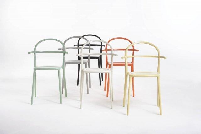 Generic C di Kartell è la nuova sedia, design Philippe Starck, ideata per essere pratica e funzionale, adatta sia alla casa sia agli spazi pubblici. La struttura è semplice e essenziale; è disponibile in diverse varianti di colore: bianco, nero, verde salvia, ruggine, grigio e giallo. www.kartell.com