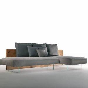 Air Wildwood Sofa di Lago è il nuovo divano, design Daniele Lago, che è formata da una tavola di legno, ricca di venature e di segni del tempo, su cui sono posizionati soffici cuscini in piuma, con una forma squadrata, rivestiti in frisè di lino e cotone naturale. La struttura in legno è sorretta da sottili gambe in vetro trasparente. Lo schienale in rovere Wildwood è disallineato rispetto alla base e consente di posizionare il divano sia a parete sia in centro stanza. É un arredo leggero e modulare grazie ai braccioli e alle diverse misure di sedute e di schienali; inoltre può essere lineare, a penisola o ad angolo. Misura L 303,6 x P 8 x H 70 cm.  www.lago.it
