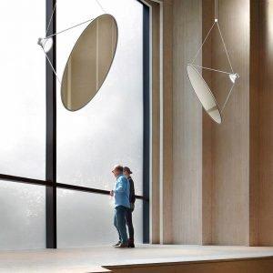 Sol 03 di Luceplan è la nuova lampada a sospensione orientabile nello spazio disegnata da Daniel Rybakken: è composta da una grande membrana in materiale plastico a specchio metallizzata, di forma circolare, sospesa per mezzo di una sottile struttura in metallo che permette di ruotare il disco. Il corpo illuminante in alluminio pressofuso dotato di Led proietta un fascio di luce sul grande disco che diffonde e riflette piacevolmente la luce: una lampada a metà tra arte e design. Misura ø 75 cm  e ø 108 cm.  www.luceplan.com