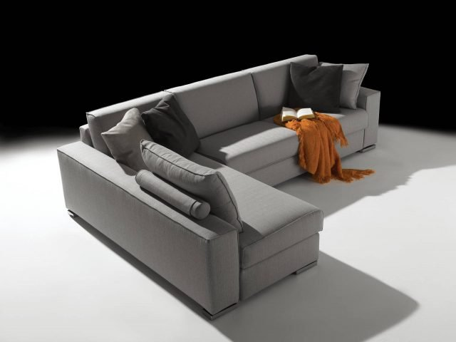 Regodue di Respace è il divano angolare componibile presentato nelle nuove misure. Lo schienale è regolabile: più alto per un maggiore comfort e più basso per esaltare lo stile contemporaneo. La forma compatta e essenziale lo rende un arredo senza tempo. www.respace.it