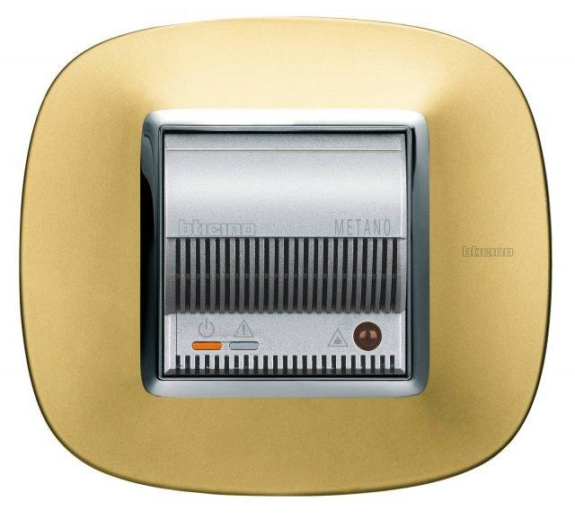 Axolute di BTicino è il rivelatore di metano ottico-acustico, interfacciabile con il sistema domotico MyHome. Può bloccare l'erogazione del gas. Con placca in finitura oro lucido (trattamento galvanico oro 24 carati) costa 500 euro. www.bticino.it