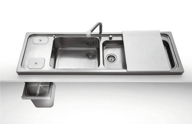 Il lavello Appoggio coll. Liberi in cucina di Alpes permette di lavare e preparare in un'unica postazione. Misura L 158 x P 50 x H 55,5 cm e costa, Iva esclusa, 1.850 euro. www.alpesinox.com