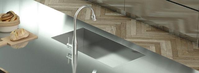 Della collezione Quadra SKQ 80 di Ilve il lavello inox dal design essenziale ha miscelatore ricurvo nello stesso materiale. Misura L 83,5 x P 43,5 cm e costa 1.265 euro.