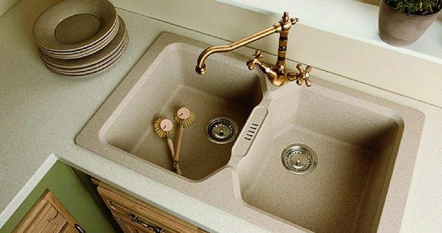 Ha vasche alte 20 cm il lavello Bahia di Leroy Merlin in color avena per installazione sopratop. Realizzato in fragranite, è dotato di troppopieno. Misura L 86 x P 50 cme costa 309 euro. www.leroymerlin.it