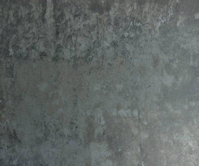 La resina spatolata (2 mm) monocoprente all'acqua Materia di Elekta ha effetto Redoxy degradato alluminio e ghisa e finitura trasparente opaca. Prezzo su richiesta. www.elektapainting.com