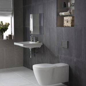 Di Ideal Standard, vaso sospeso Connect Freedom, profondo 75 cm, e lavabo con sottobordo conformato per facilitare la presa.