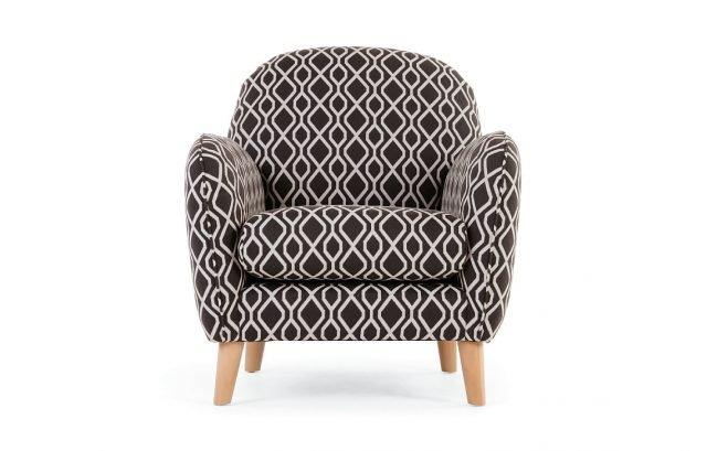 Perfetta in coppia, di fronte al divano tinta unita, ha due varianti di colore, con sospensione a molla e cuscino.  Bertie di Made.com misura L 80 x P 86 x H 85 cm. Prezzo 599 euro. www.made.com