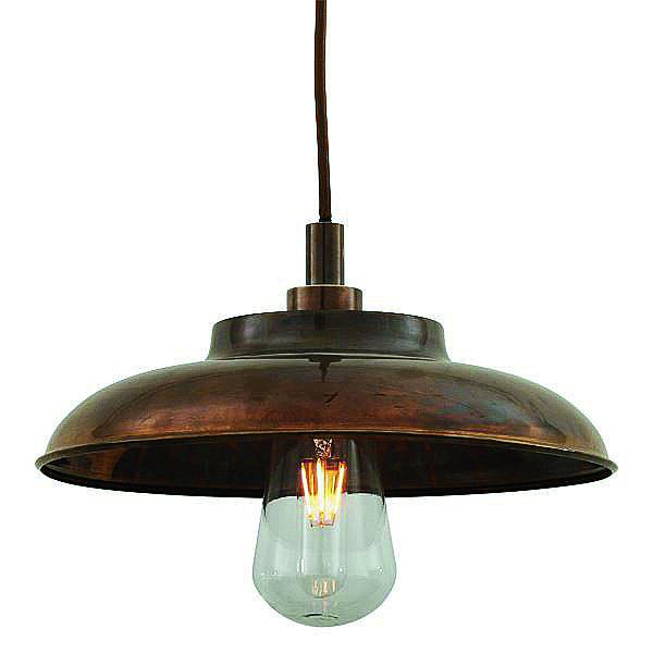 Adatta per interno ed esterno, Darya di Mullan è in acciaio con finitura ottone anticato. Con lampadina a led, misura Ø 38 cm e costa 332 euro. www.mullanlighting.com