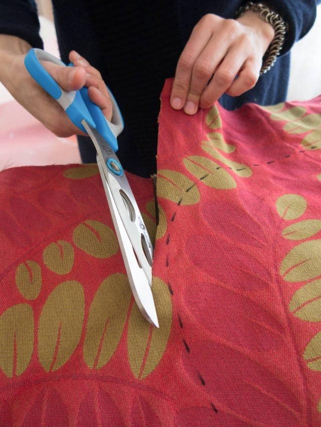Tagliare la stoffa lungo la linea tratteggiata lasciando un margine di un paio di centimetri. Dal tessuto avanzato ritagliare una striscia alta circa 3 cm lunga quanto il profilo della seduta.
