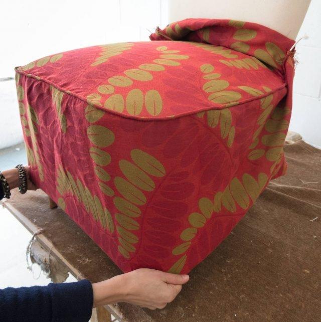 Una volta ottenuta la housse, rivestire la seduta tirando bene il tessuto; tagliare la parte in eccedenza sul fondo lasciando qualche centimetro da ripiegare sotto e fissare alla struttura con la sparapunti.
