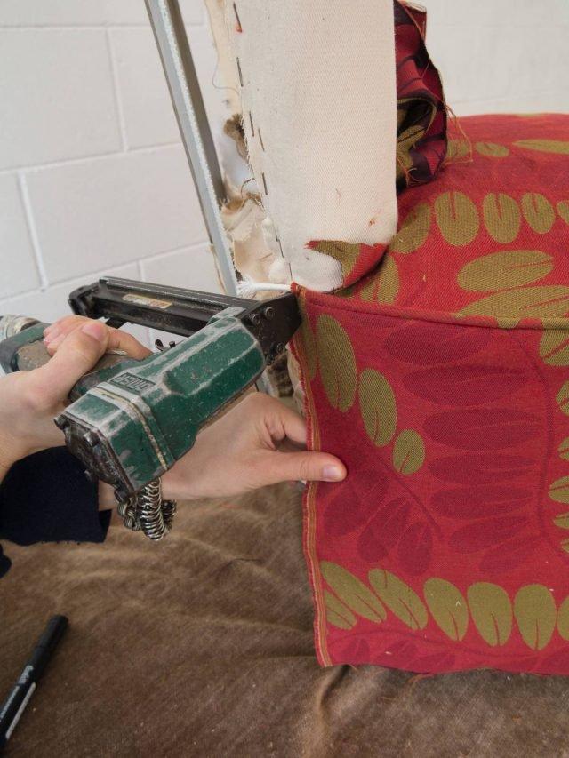 Utilizzando la sparapunti fissare il tessuto sul retro della struttura (facendo punti ravvicinati per assicurare una tenuta migliore e far aderire meglio le due superfici).