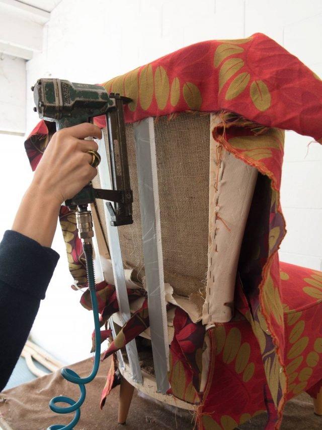 Piegare il telo dietro lo schienale, e con la sparapunti fissarlo alla struttura, avendo cura di ripiegarlo a formare delle pence sugli angoli per assecondare la curvatura.