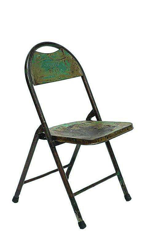 Originale, la sedia Tijera di Novità Home, in ferro, disponibile anche di colore azzurro. Misura L 42 x P 38 x H 82 cm e costa 108 euro. www.novitahome.com