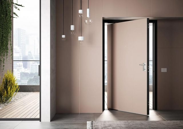 La porta è disponibile in quattro soluzioni di montaggio, per ospitare o meno boiserie interne, esterne o entrambe. Le boiserie sono realizzabili in qualunque materiale. In foto, boiserie interna proposta in finitura laccata come il rivestimento della porta.