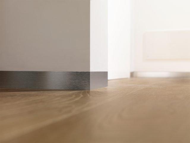Ancora più essenziale, il battiscopa Proskirting Flat di Progress Profiles è composto da un supporto forato in alluminio naturale, da fissare alla parete, e da un profilo a vista, da fissare al supporto, disponibile in alluminio anodizzato spazzolato e verniciato. Consente il passaggio di cavi. www.progressprofiles.com