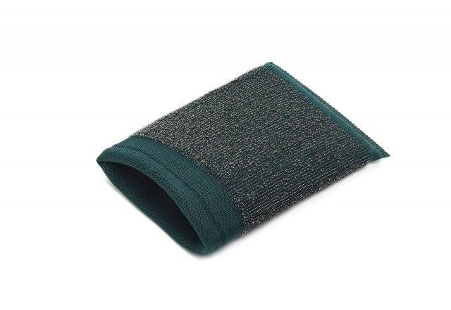 Il guanto in acciaio di forma quadrata Spiramax di Spontex (www.spontex.it) riveste la mano permettendo di pulire ogni angolo del lavello. Costa 1,79 euro.