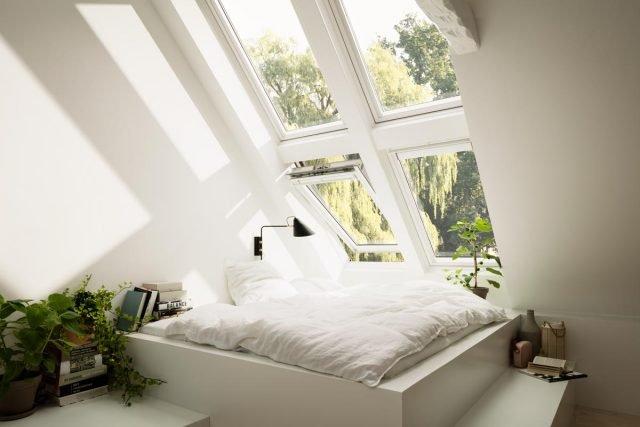 Finestra per tetti bianca in legno pi luce pi glamour - Letto sotto finestra ...