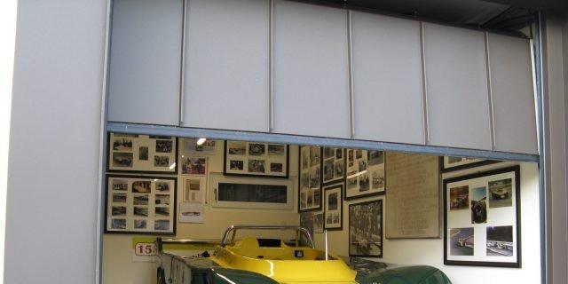 Un garage con portone sezionale personalizzato accoglie e for Costo del garage di una macchina