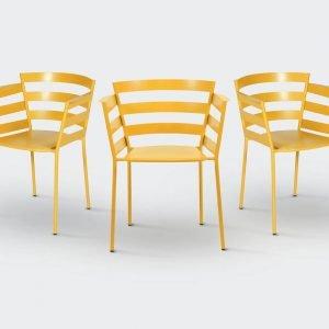 Rythmic di Fermob è la nuova poltroncina outdoor caratterizzata dalle fasce di metallo che seguono la curva della seduta e ne esaltano il comfort. Si può scegliere fra ventiquattro varianti di colore. www.fermob.com