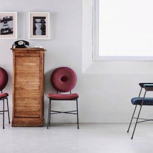 Penelope di Bontempi è la nuova sedia con un'esile struttura in acciaio laccato. La seduta e lo schienale, con una forma rotonda e un grande bottone centrale, sono imbottiti e rivestiti in velluto, in tessuto, in pelle o in pelle ecologica; è presente un bordino che può essere scelto in tinta o in contrasto con il tessuto. É disponibile anche nella versione con i braccioli. Misura L 51 x P 64 x H 88 cm. www.bontempi.it