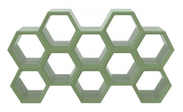 Hexa di Slide è la nuova libreria modulare, design Taeke Halma, formata da una serie di vani esagonali, che ricordano un alveare, interamente realizzata in polietilene, con la tecnologia dello stampaggio rotazionale, da scegliere nei colori standard o laccati. Misura L 198 x P 37 x H 112 cm. ww.slidedesign.it